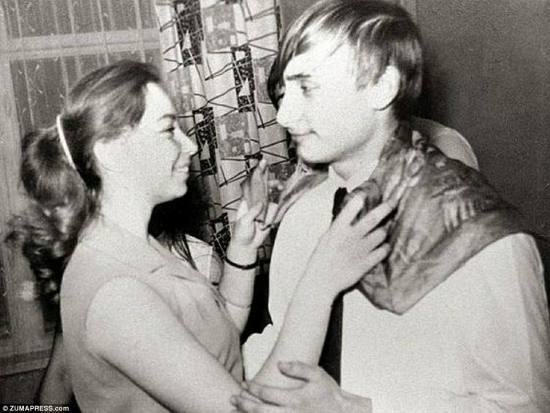 Наслаждаясь университетскими годами: эта картина показывает Путина как университетского студента во время вечеринки в Санкт-Петербурге, танцуя с одной из его подружек, женщина, по сообщениям, назвала Елену