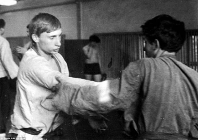 Истребитель и любовник? С 12 лет Путин, изображенный здесь примерно в 1970 году, начал изучать дзюдо и самбо (российскую форму боевых искусств), а в возрасте 18 лет, в то время, когда был сделан этот фотограф, он был чемпионом ленинградских чемпионов