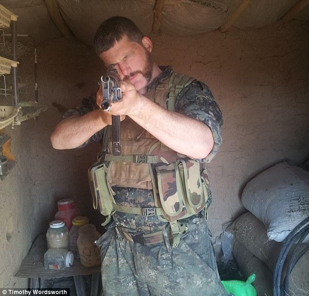 """El ex soldado británico pasó seis meses luchando ISIS con el YPG - dijo que muchos de sus """"queridos amigos"""" habían muerto luchando contra el grupo terrorista"""