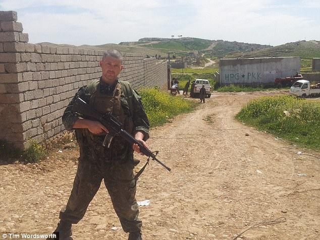 El ex soldado británico estimó que disparó 1.000 rondas en ISIS en combates que describió como 'como la Primera Guerra Mundial'