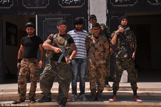 Tim reveló cómo los luchadores de YPG utilizarían cualquier cosa - si sea munición, armas o uniforme - que tomaron de terroristas ISIS muertos