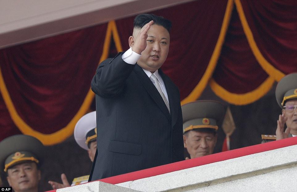 """Corea del Norte dijo que está """"examinando cuidadosamente"""" un plan para atacar el territorio del Pacífico de los Estados Unidos de Guam con misiles. El plan de huelga se """"pondrá en práctica de manera multi-actual y consecutiva en cualquier momento"""" una vez que el líder Kim Jong Un (archivo anterior) tome una decisión"""