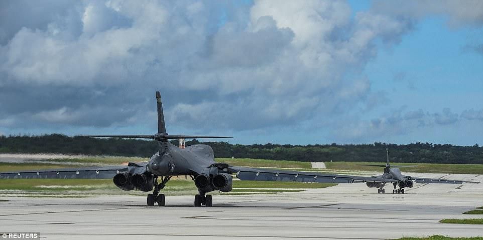 Los dos bombarderos (arriba al despegar) volaron en las cercanías de Kyushu, Japón, el mar de China Oriental y la península coreana. Estados Unidos lanzó fotos de la misión el martes en apariencia como respuesta a la amenaza de Corea del Norte de atacar a Guam