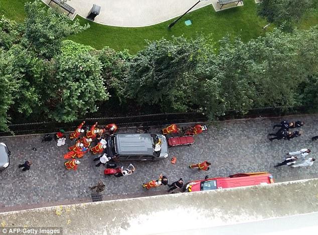 Operación de emergencia: Los paramédicos y los servicios de seguridad se reúnen en el lugar después del ataque, que tuvo lugar alrededor de las 8 de la mañana, hora local