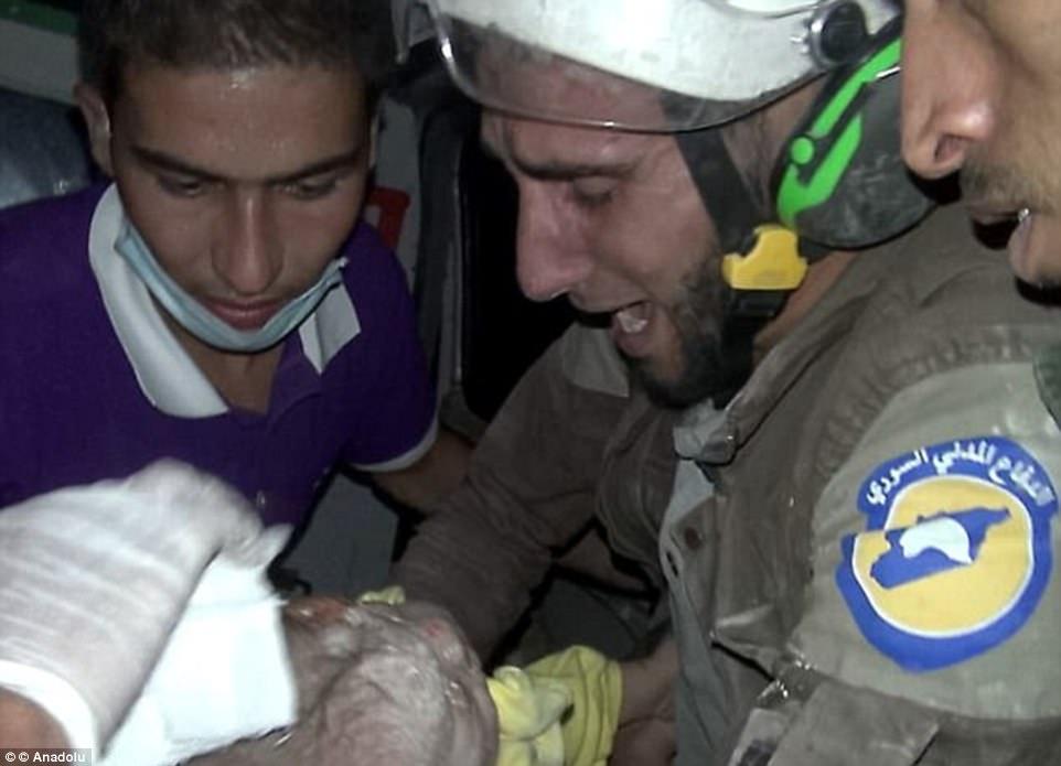 Abu Kifah hizo los titulares en octubre después de que las imágenes de él salvando al niño tirándola de un edificio esparcido por escombros fueron transmitidas por televisión