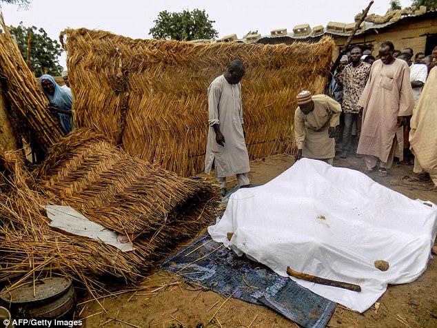 El estudio detalla cómo de los 134 suicidas con edades determinables, el 60 por ciento eran adolescentes o niños y el más joven tenía siete años (en la foto: los residentes colocan los cadáveres de un atentado suicida bajo una hoja en Nigeria)