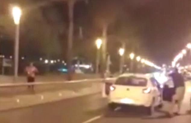 El oficial estaba trabajando horas extras cuando los cinco terroristas lanzaron su ataque