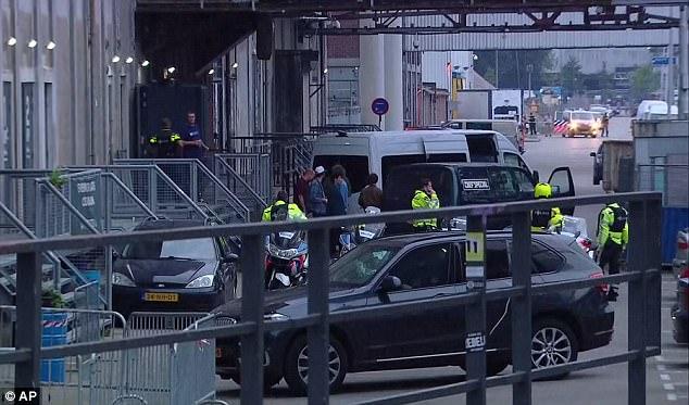 Allah-Lah fue evacuado de la parte de atrás del lugar y llevado bajo la guardia de la policía