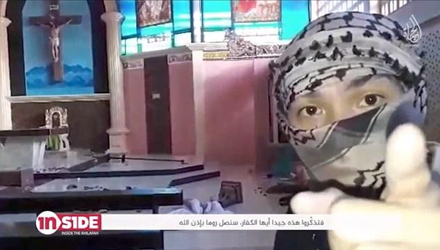 """Uno de los criminales, llamado 'Abu Jindal' (en la foto), señala a la cámara y advierte que pronto """"estaremos en Roma"""""""
