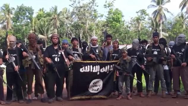 El video comienza mostrando una línea de hombres y niños con rifles de asalto y una bandera ISIS en Marawi, Filipinas & nbsp;