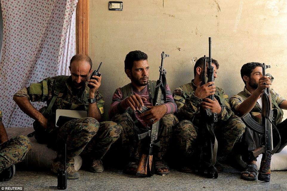 Los combatientes de las Fuerzas Democráticas Sirias se ven dentro de Raqqa mientras luchan para retomar la capital de facto de ISIS y su último bastión principal en el Medio Oriente