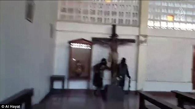 El video ISIS, narrado en inglés, muestra a militantes de ISIS que vandalizan una iglesia (foto) y desgarran fotos del Papa