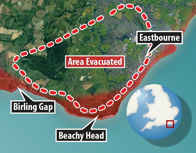 Los videos compartidos en las redes sociales muestran a la gente en la playa atestada empacando sus cosas y frotándose los ojos mientras una nube borrosa apareció desde el mar en Birling Gap, cerca de Beachy Head (foto) en East Sussex. 530 pies de altura