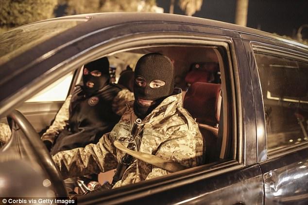 Pero su operación fue cerrada por la Brigada Nawasi, la milicia armada actuando como la seguridad oficial usando insignias gubernamentales