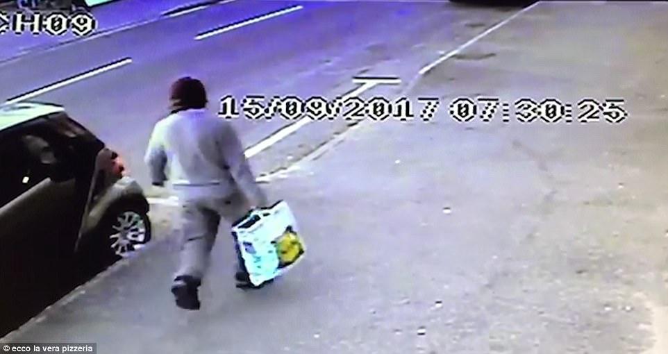 Caminando por la calle llevando una bolsa de compras de Lidl, este puede ser el bombardero Parsons Green tubo filmado en su camino para llevar a cabo la atrocidad planificada