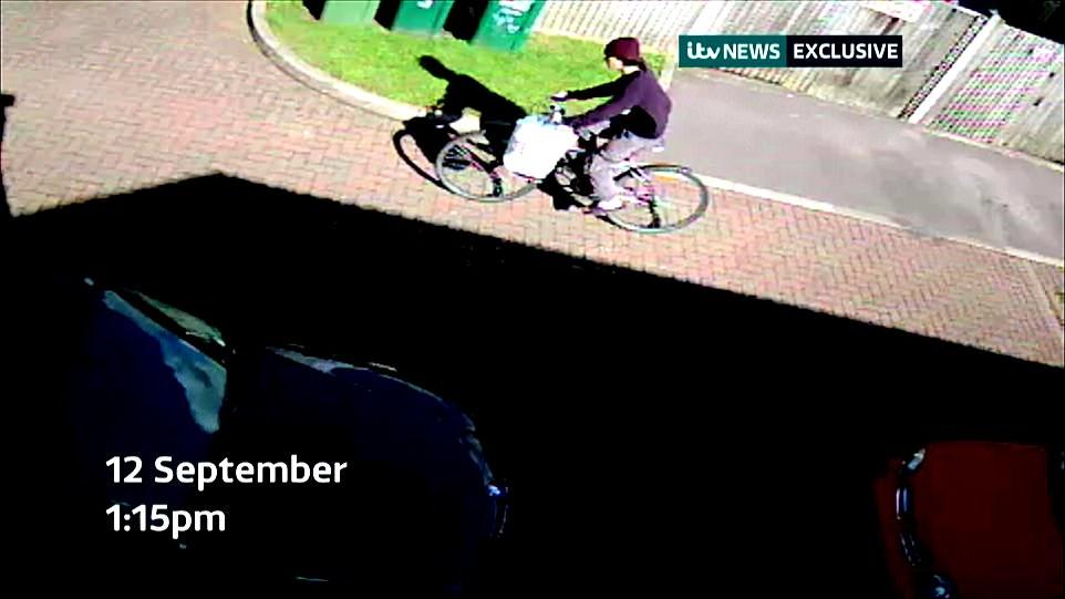 El refugiado iraquí de 18 años de edad, que ahora está siendo interrogado bajo custodia, puede ser visto en bicicleta cerca de su hogar de acogida en Sunbury-on-Thames, Surrey