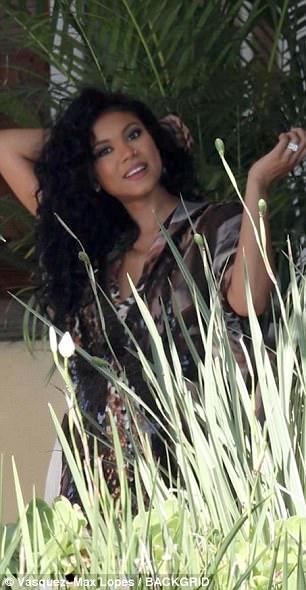 Glamour: elle était ornée de bracelets et son immense alliance étincelait