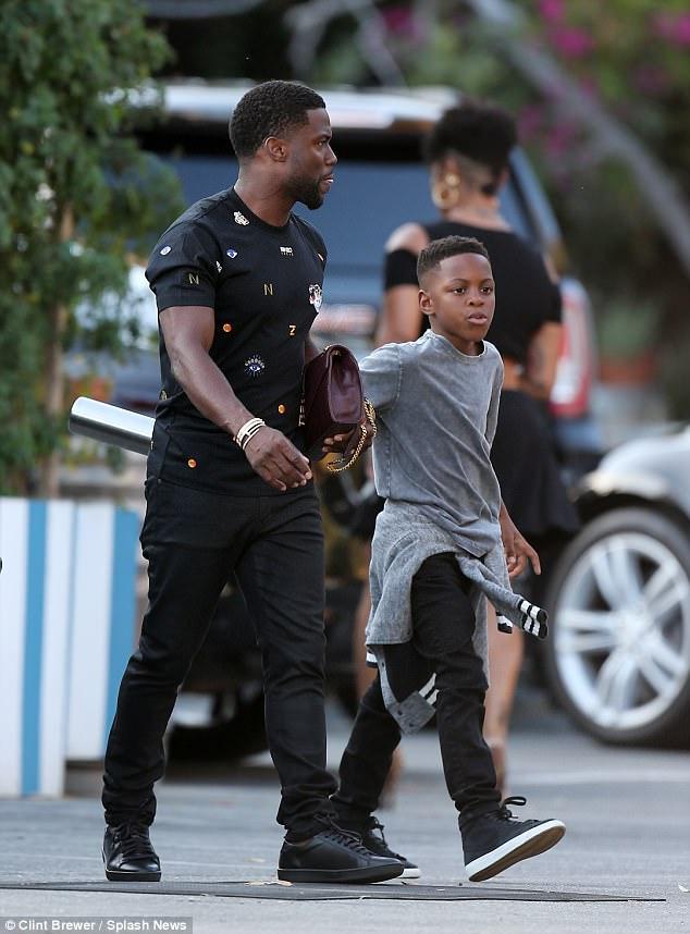 Père et fils: son fils Hendrix, âgé de neuf ans, qui a émergé comme le ciel du précédent mariage de Kevin avec Torrei Hart, a également été vu avec lui.