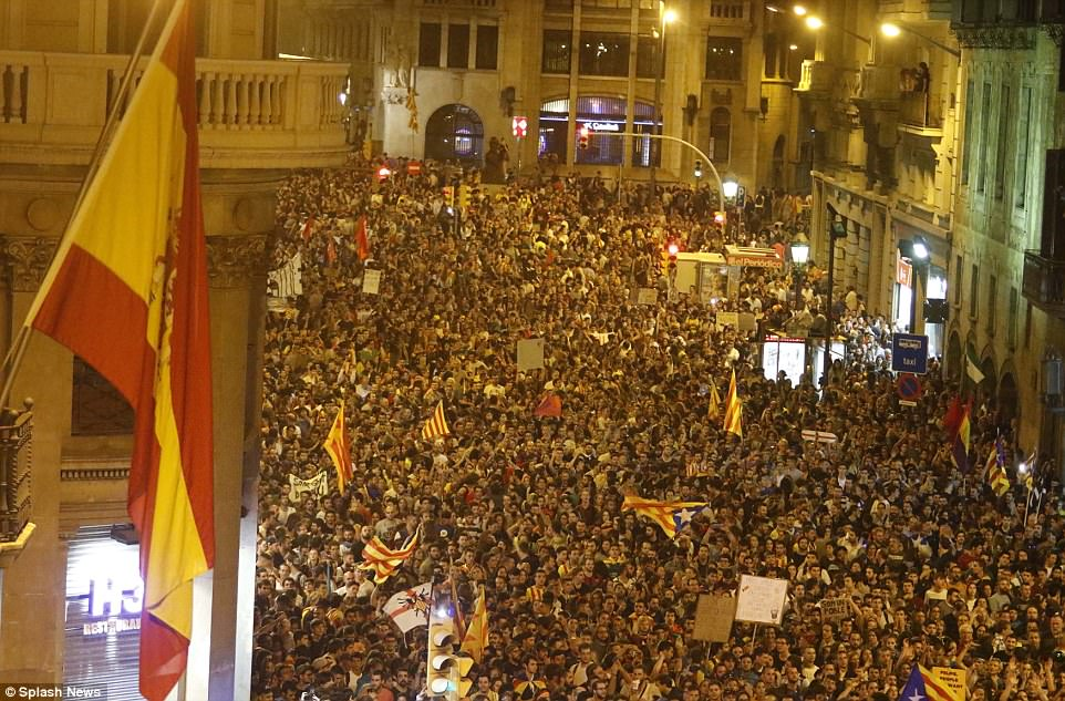 Miles de personas se reunieron ayer por la noche ante la Dirección General de Policía Nacional de España para protestar contra la violencia que marcó el referéndum del domingo