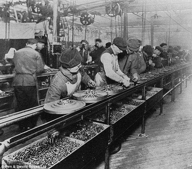 Ford estava obcecado em forçar trabalhadores imigrantes a cumprir sua visão de um cidadão americano ideal e afastar sua cultura estrangeira. Foto: Trabalhadores na fábrica da Ford