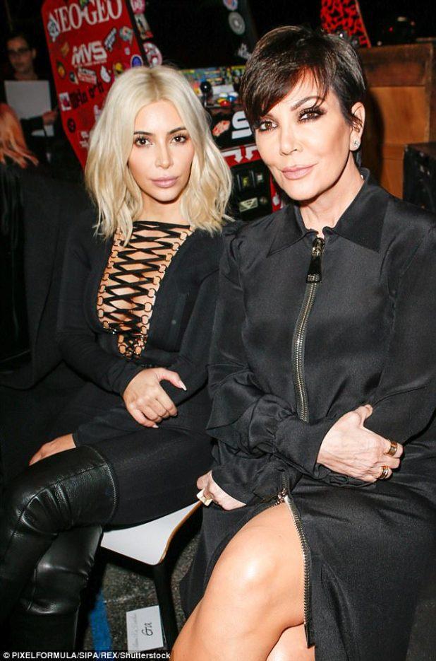 La mirada normal de Kris: Jenner con sus cuernos negros con Kim en marzo de 2015