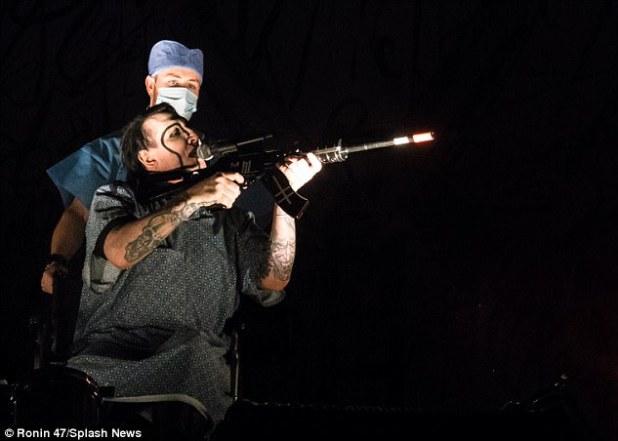 Marilyn Manson apunta con una pistola falsa a la audiencia del concierto en San Bernardino el domingo por la noche ... dos años después de que el condado fuera escenario de un tiroteo masivo mortal