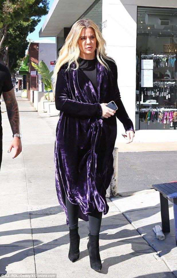 El reinado púrpura: Khloe Kardashian cubrió su bache con un gran abrigo de terciopelo morado mientras estaba en Venice, California el miércoles