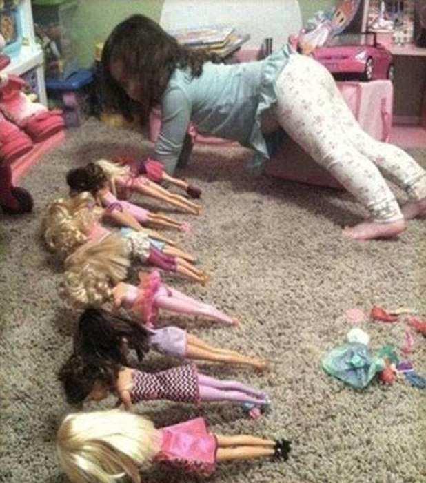 Barbie bootcamp!  Parece que esta pequeña niña tiene un futuro como instructora de fitness por delante