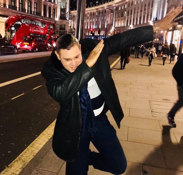 Mostró su toque a los fanáticos que lo vieron en Regents Street en Londres