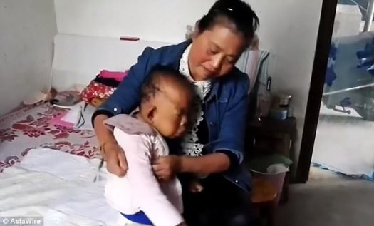 La Sra. Chu es la única cuidadora de Wang Tianfang.  La señora de la limpieza a tiempo parcial tiene que darle cuidado las 24 horas, desde vestirlo por la mañana hasta darle de comer en las comidas