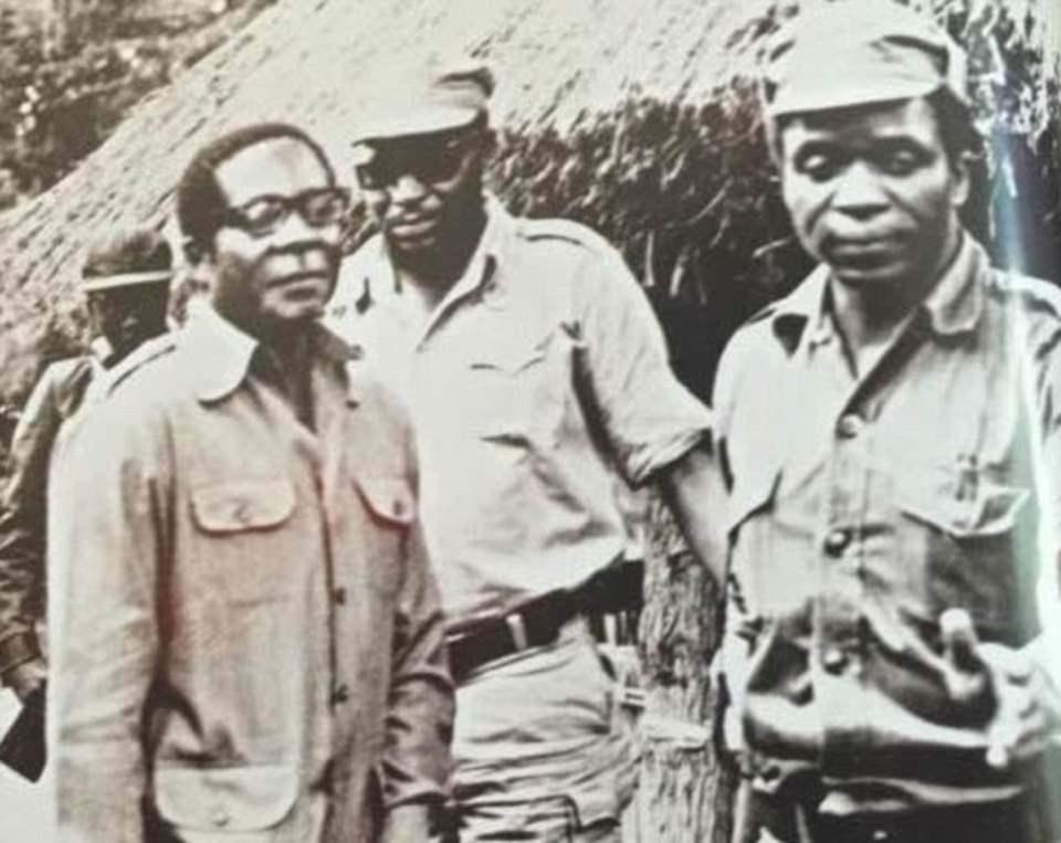 Robert Gabriel Mugabe nació el 21 de febrero de 1924 en un pueblo de misión católica cerca de la capital de Rhodesia del Sur, Salisbury. En la foto: con Mugabe y Josiah Tongogara, un comandante guerrillero