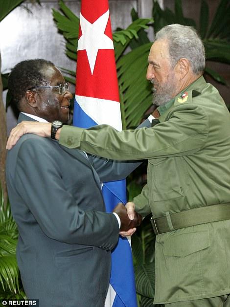 Más tarde en su gobierno, utilizó la retórica ampulosa para culpar a la espiral descendente de su país sobre las sanciones occidentales, aunque fueron dirigidas personalmente a Mugabe y sus secuaces en lugar de a la economía de Zimbabwe. En la foto: Mugabe con su viejo héroe Fidel Castro en 2005