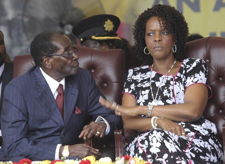 El presidente de Zimbabwe, Robert Mugabe, y su esposa, Grace, asisten a las celebraciones de su cumpleaños en Masvingo el año pasado.