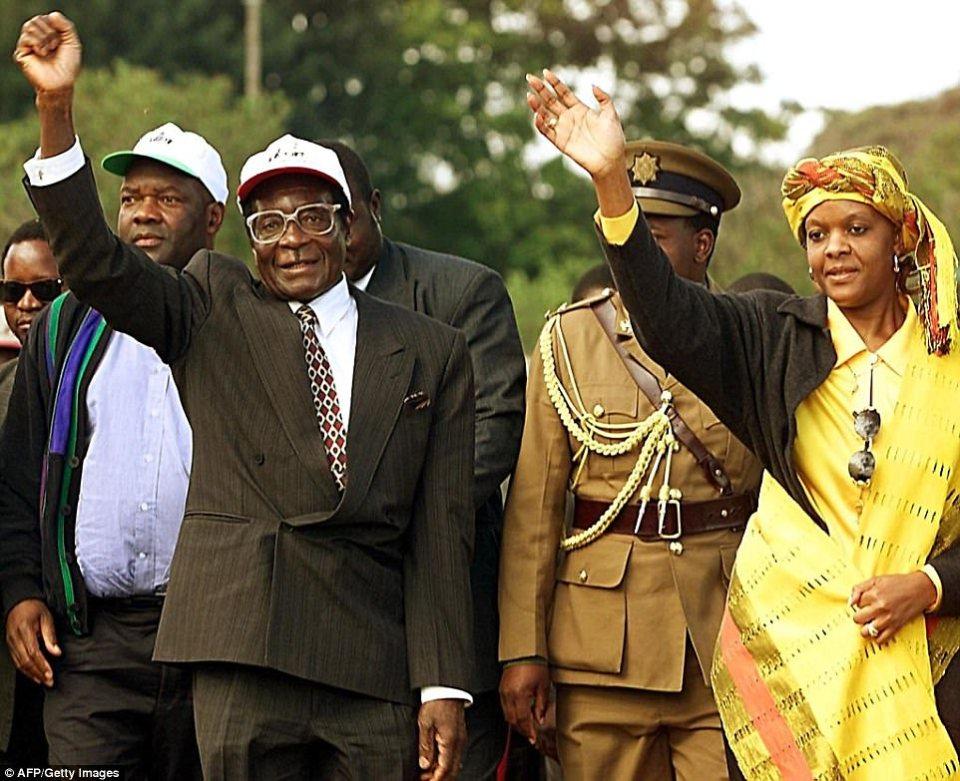 El presidente zimbabuense Robert Mugabe (izq.) Y su esposa Grace saludan a los seguidores de Zanu PF cuando llegan a una manifestación en la ciudad de Marondera, a unos 75 km al este de la capital, Harare, el 10 de junio de 2000.