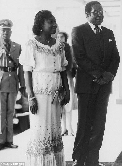 Robert Mugabe, el primer ministro de Zimbabwe, visita a la reina en el palacio de Buckingham con su esposa Sally en mayo de 1982
