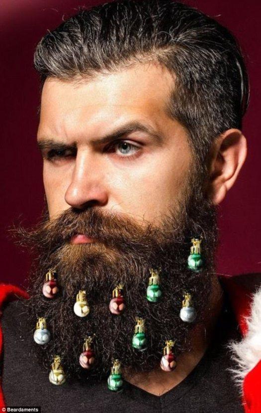 Fucsia festiva: la marca de adornos de barba de Navidad de los EE. UU., Acertadamente llamada Beardaments está vendiendo adornos para barbas