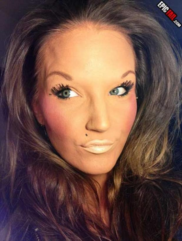 Ojos o labios? ¿Qué tal ambos? Una mujer se vuelve loca por el cuero con maquillaje al estilo de la pintura facial