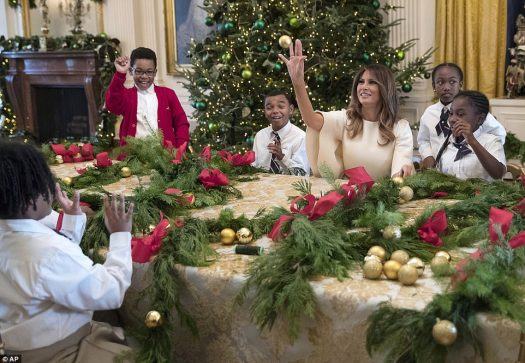 """Los niños en la Sala Este hicieron guirnaldas mientras le decían a la primera dama que se veía como """"un ángel"""" y le daban un abrazo grupal"""