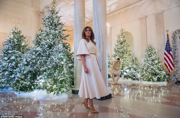 La decoración en el Gran Vestíbulo de la Casa Blanca era simple y natural, con un bosque de árboles de Navidad que parecía que acababan de ser cubiertos por una nieve invernal