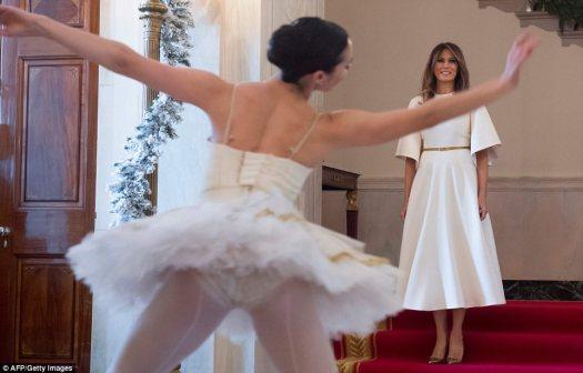 Melania Trump comenzó su recorrido por las decoraciones navideñas de la Casa Blanca al caminar por la Gran Escalera hacia el Gran Vestíbulo, donde un trío de bailarinas tocaba la 'Suite de Cascanueces', que fue el primer tema navideño de la Casa Blanca.