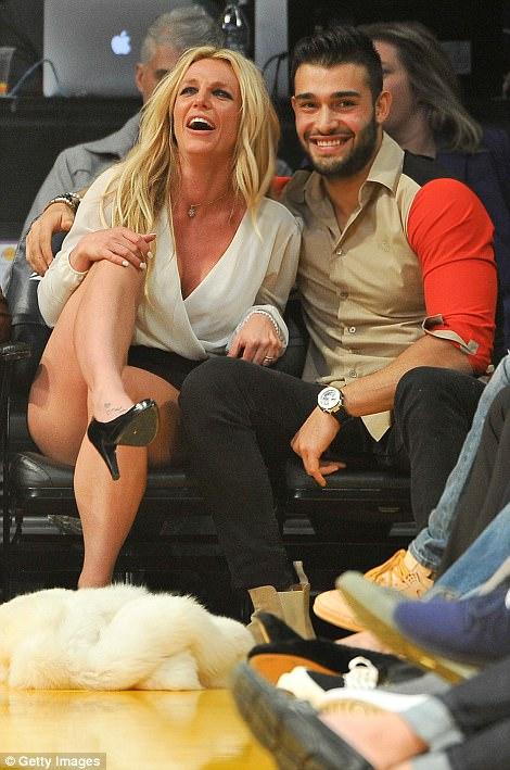 Smitten: Britney Spears, de 35 años, se veía mejor que nunca cuando asistió al juego de los LA Lakers el miércoles por la noche, luciendo una adorable exhibición con su toyboy Sam Asghari, 23