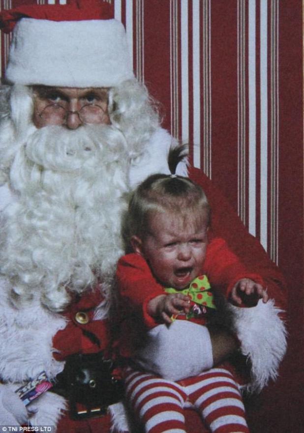 ¡Ayuadame!  Esta niña intenta desesperadamente alcanzar a su madre, de pie detrás de la cámara