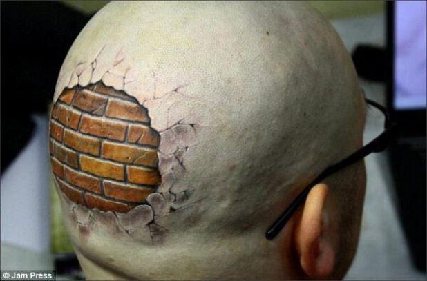 Puede ser perdonado por la confusión sobre el tatuaje de ilusión de este tipo, en lugar del esperado cráneo debajo de la piel, optó por una pared de ladrillo