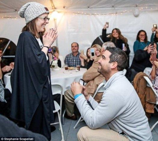 ¡Avanzando rápido!  Danny Ríos, de 33 años, y Nicole Carfagna, de 32, se casaron el mes pasado en el patio trasero de su casa en Smithtown, Nueva York, justo después de comprometerse.