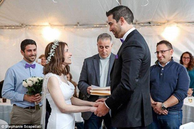 Mantener el secreto: el novio planeó toda la boda como una sorpresa para su novia, que sufre de lupus y como resultado se encuentra organizando grandes eventos especialmente estresantes