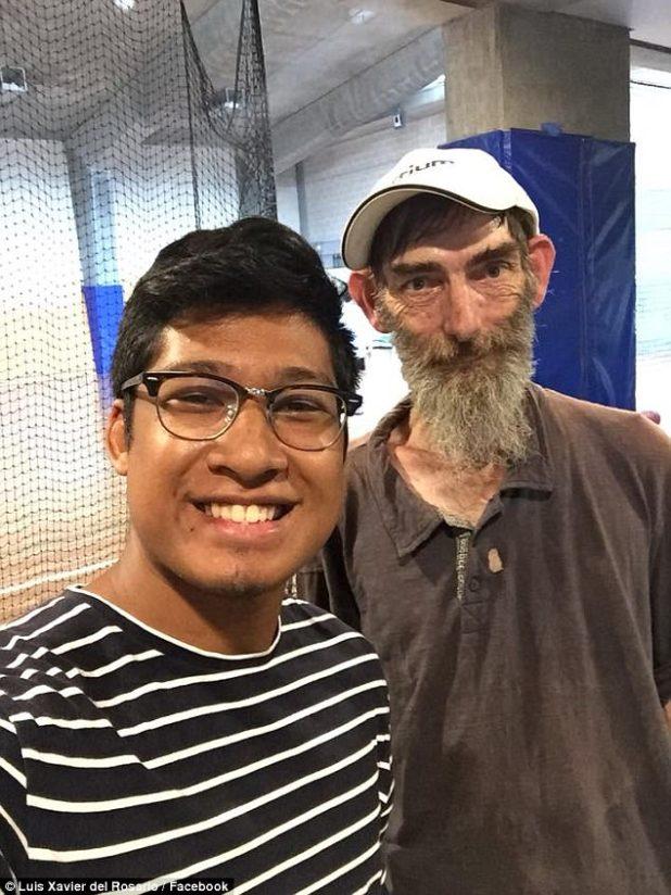 Luis Xavier del Rosario, 18, (izquierda) le dijo a Daily Mail Australia que había bajado de un autobús y que ya estaba sintiendo el calor cuando vio a Ian (derecha) mendigando cerca del edificio Queen Victoria.