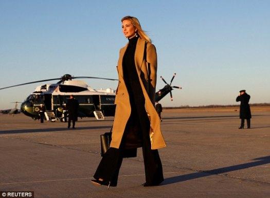 Las imágenes muestran a la madre de tres pavoneándose en la pista de aterrizaje con la elegancia y la gracia de un líder nato, meciéndose un jersey de cuello alto negro y un abrigo de lana hasta la pantorrilla