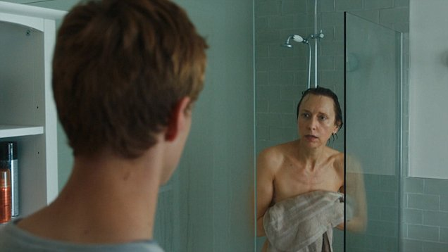 Video Simon Walks In On Mother Alice In The Shower In Channel 4s Kiri Daily Mail Online