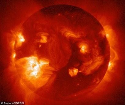 Esta foto mostra os orifícios corais do sol em uma imagem de raio-x. A atmosfera solar externa, a corona, é estruturada por campos magnéticos fortes, que quando fechados podem fazer com que a atmosfera libere de forma repentina e violenta bolhas de gás e campos magnéticos chamados de ejeções de massa coronal