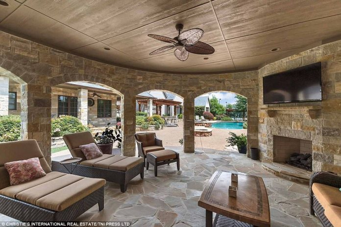 Plenty of space: Thanks to the pleasant climate, the property includes lost of outdoor and indoor - and blended - living space